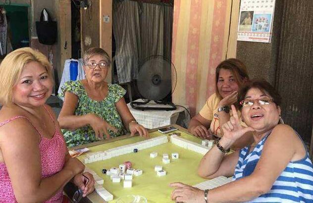 菲律宾阿姨打麻将穿的都是短袖.jpg
